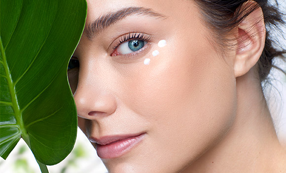 Mujer crema facial vegano hoja